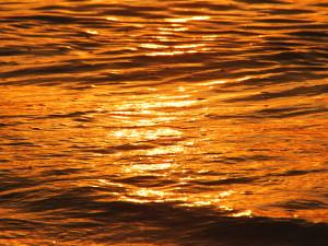 伊江ビーチの朝焼けに輝く波