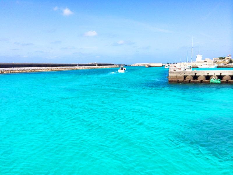 伊江港から西に向かうダイビングボート