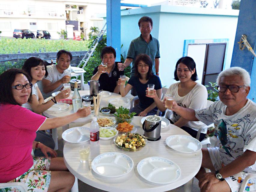 伊江島ダイビングサービスのテラスで宴会