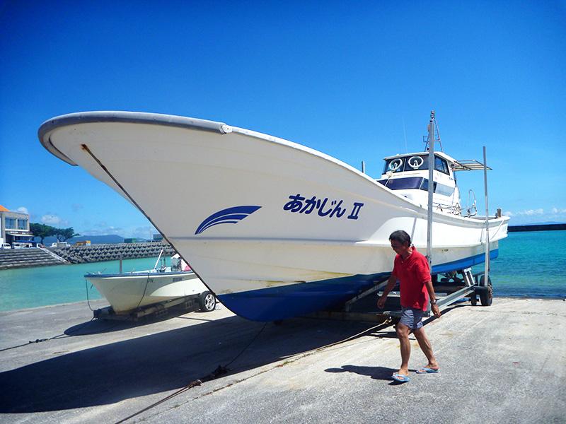 ダイビングボート「あかじん2」の陸揚げ