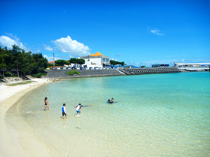 伊江港横のビーチで子供が海水浴