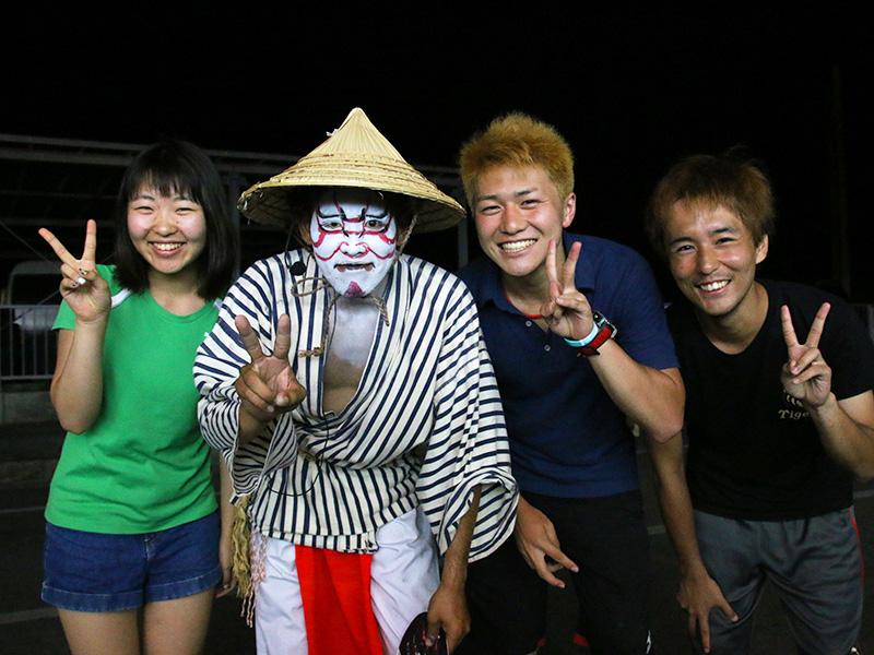 伊江村青年会エイサーのメンバーと2014年夏ヘルパー
