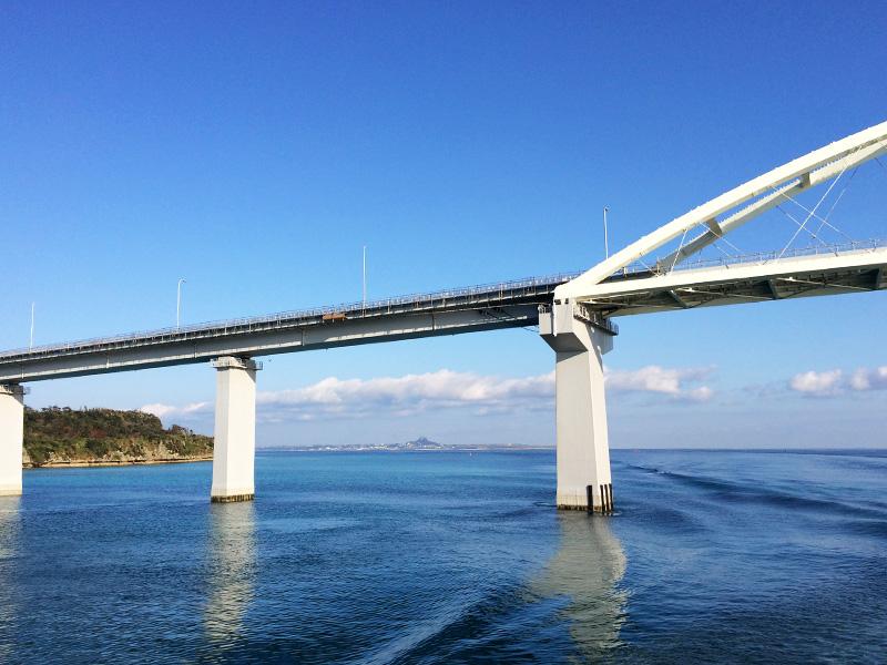瀬底大橋から見える伊江島