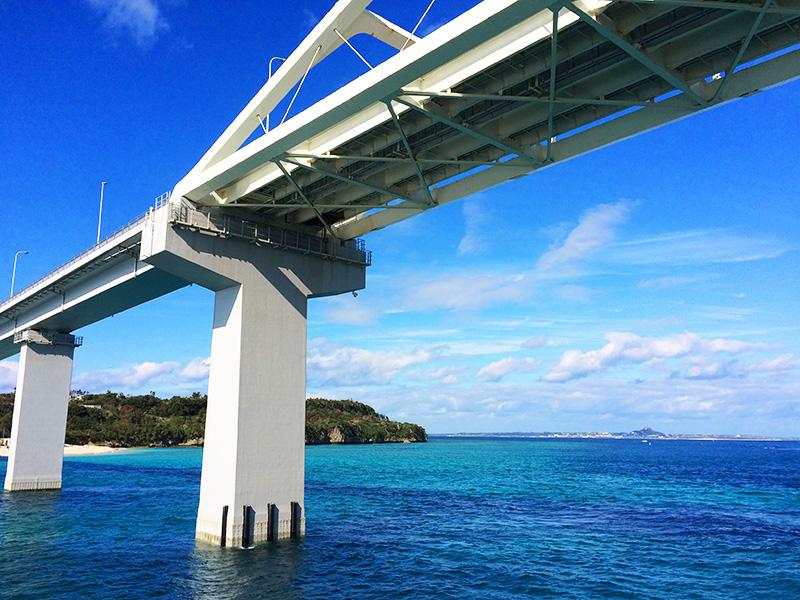瀬底大橋を通過するフェリーから見た伊江島