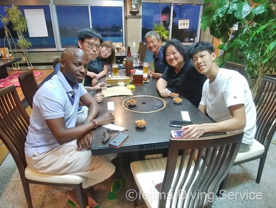香港からのダイバーさん(島の駅で伊江牛食べるよ)