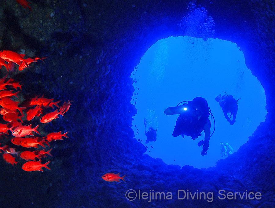 ファンダイブで、伊江島の洞窟を潜る