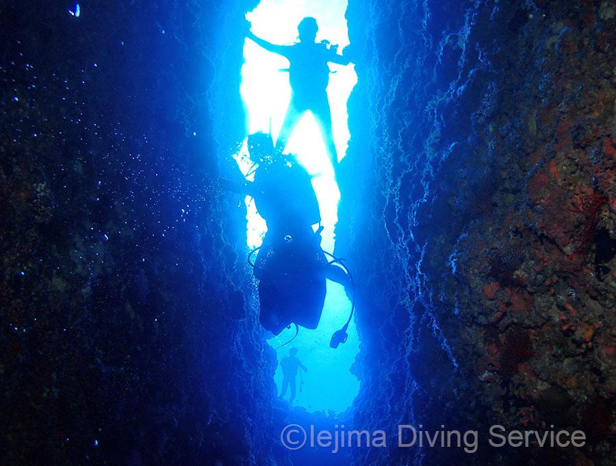 伊江島、オホバNo.1の縦穴を潜行する