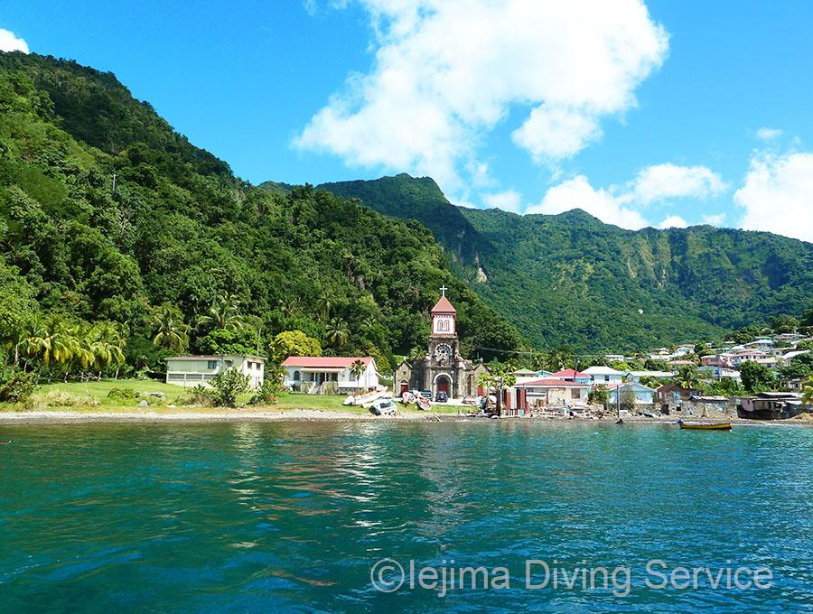 カリブ海、海沿いの小さな村の教会