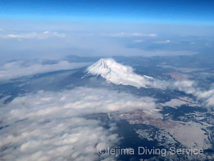 沖縄に帰る機内から見た富士山