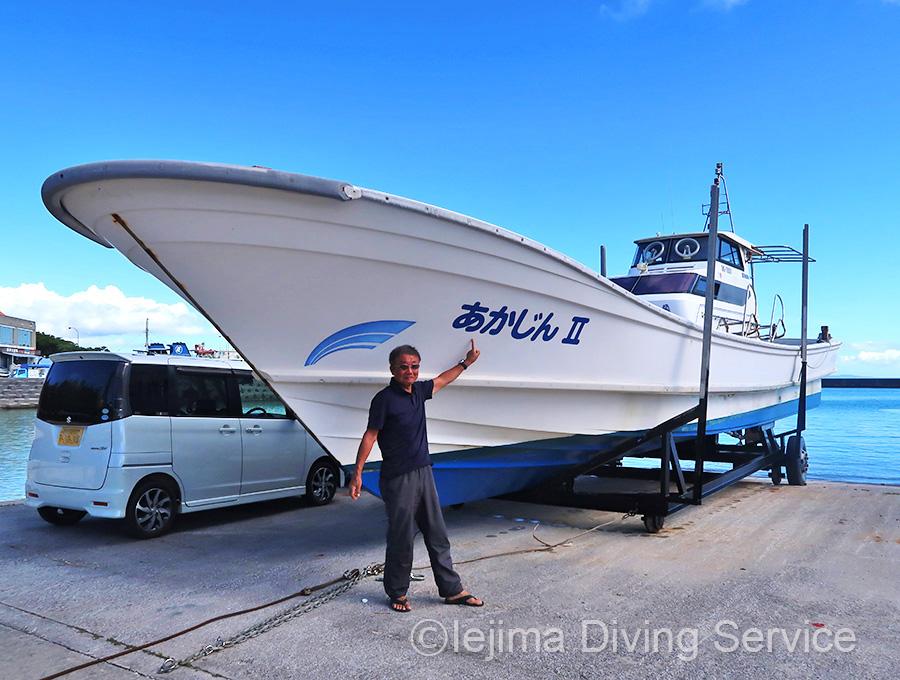 陸揚げされた伊江島ダイビングサービスのボート