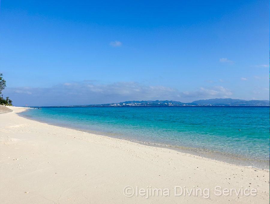 冬の晴れた日、伊江島のビーチ