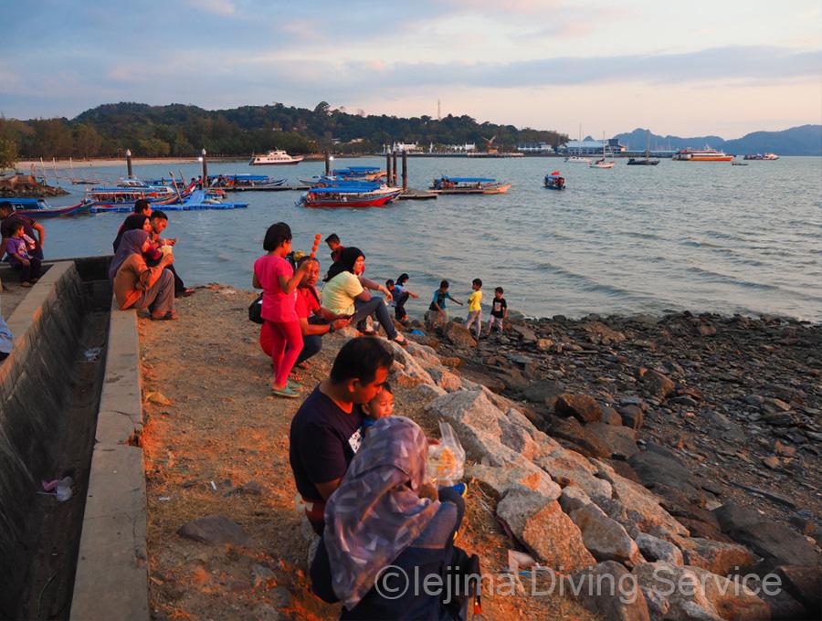 夕陽を見るマレーシアの人々