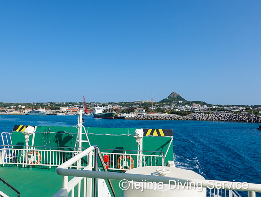 フェリーから見た伊江島