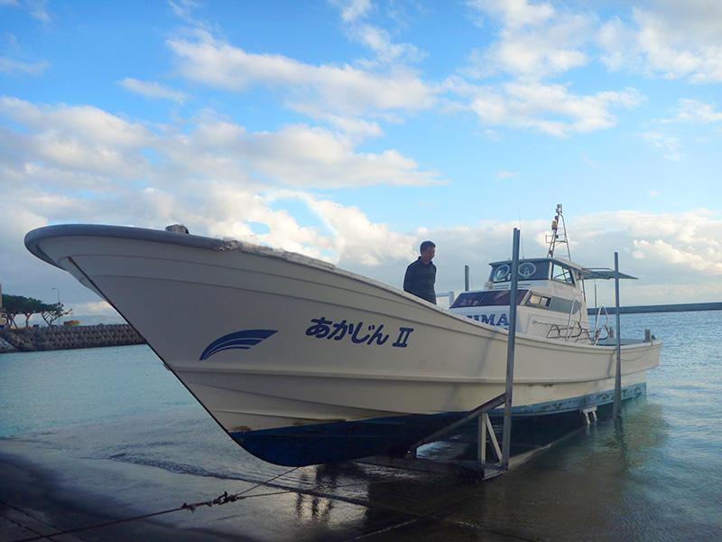 ダイビングボートをウィンチで陸揚げ