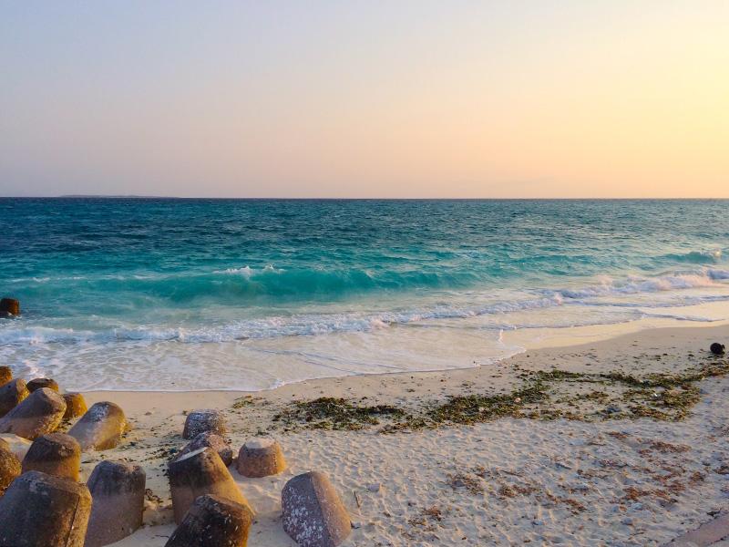 南風で伊江島のビーチはちょっと波
