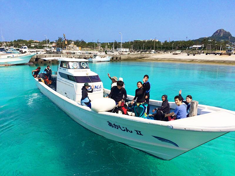 伊江島タッチューを背にボート出航