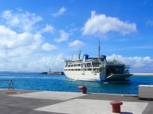 伊江島フェリーの接岸