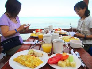 朝食は海辺で優雅に