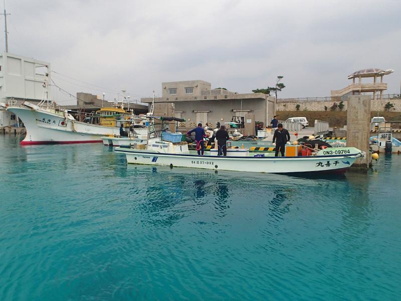 オニヒトデ駆除に出かける伊江漁協の漁船