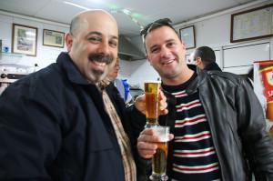 港町の地元客の多いバーで乾杯